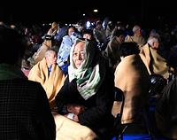 益城町役場に避難し屋外で夜を過ごす住民たち=15日午前0時42分、熊本県益城町、福岡亜純撮影