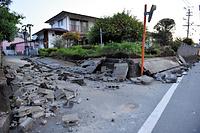 地震の揺れでブロック塀が倒れていた=15日午前5時30分、熊本県益城町、日吉健吾撮影
