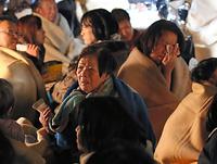 益城町役場に避難した人たち=15日午前1時50分、熊本県益城町、小宮路勝撮影