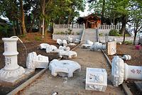 地震の揺れで倒壊した神社の石灯籠(どうろう)=15日午前5時55分、熊本県益城町惣領、日吉健吾撮影