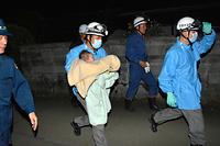 倒壊した民家から救出された幼児を抱きかかえる救急隊員=15日午前3時40分過ぎ、熊本県益城町安永、女屋泰之撮影