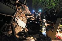 倒壊した家屋に取り残された人を救助する消防と警察の救助隊=15日午前3時37分、熊本県益城町、上田幸一撮影