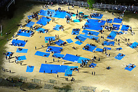 校庭にブルーシートを敷いて避難する人たち=14日午後11時52分、熊本市中央区黒髪2丁目、朝日新聞社ヘリから、長沢幹城撮影