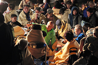 益城町役場に避難した人たち=15日午前0時52分、熊本県益城町、小宮路勝撮影