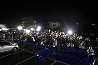 益城町役場の駐車場にはブルーシートが敷かれ避難した住民が座り込んでいた。時折突き上げるような揺れがおそっていた=15日午前0時13分、熊本県益城町、福岡亜純撮影