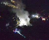 上空からは建物の火災が確認できた=14日午後11時29分、熊本県益城町、朝日新聞社ヘリから、長沢幹城撮影