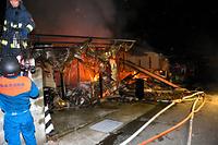 炎上する家屋=14日午後11時10分、熊本県益城町安永、大森浩志郎撮影