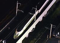 脱線した九州新幹線=15日午前0時12分、熊本市、朝日新聞社ヘリから、長沢幹城撮影
