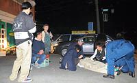 塀が倒壊したアパートから救助され、搬送される女性=14日午後11時5分、熊本県益城町惣領、石川春菜撮影