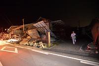 倒壊した家屋=14日午後11時11分、熊本県益城町惣領、福岡亜純撮影