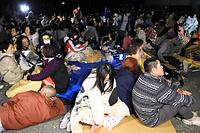 益城町役場の駐車場には避難した住民が集まっていた=15日午前0時15分、熊本県益城町、福岡亜純撮影