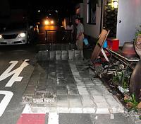 地震で倒壊した住宅のブロック塀=14日午後9時54分、熊本市中央区、奥正光撮影