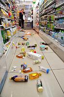 コンビニエンスストアの棚から落下した商品=14日午後9時38分、熊本市中央区、籏智広太撮影