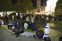 避難のため公園に集まった人たち=14日午後10時21分、熊本市中央区の辛島公園、福岡亜純撮影