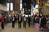 強い揺れの後、屋外に出て滞留している人たち=14日午後9時34分、熊本市中央区、籏智広太撮影
