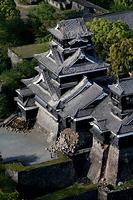 熊本のシンボル熊本城は天守閣の瓦やしゃちほこが落下し、石垣も大きく崩れた=15日午前7時28分、熊本市、朝日新聞社ヘリから、森下東樹撮影