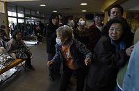 突然の余震に身構える被災者たち=15日午前7時46分、熊本県益城町の保健福祉センター、福岡亜純撮影