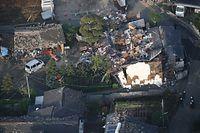 一夜明けた被災現場には屋根から倒壊した民家の家財道具が散乱していた=15日午前6時55分、熊本県益城町、朝日新聞社ヘリから、森下東樹撮影