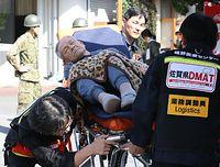 漏水やガラスが割れ、病室が使えないため、避難所に向かう入院患者ら=15日午前8時50分、熊本県御船町、青山芳久撮影