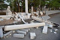 地震の揺れで倒壊した惣領木神神社の石灯籠=15日午前5時58分、熊本県益城町惣領、日吉健吾撮影