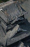 地震で天守閣の屋根瓦やしゃちほこが落下した熊本城=15日午前8時12分、熊本市中央区、本社ヘリから、高橋雄大撮影