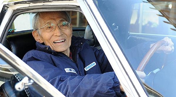 「コスモスポーツ」のハンドルを握る山本健一氏