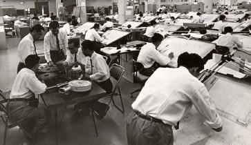 ロータリーエンジン研究部設計室。150人以上の技術者が研究を続けた。