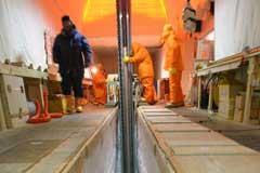 ドームふじ基地で氷を掘る