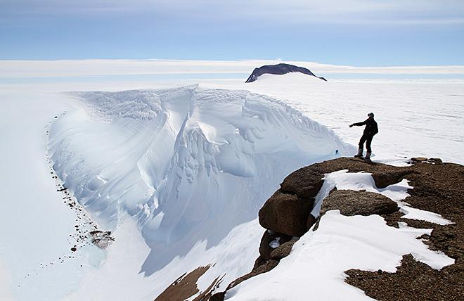 雪と氷が風にえぐられた巨大な「ウィンドスクープ」