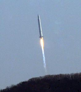 写真:30日、韓国南西部・全羅南道の羅老宇宙センターから打ち上げられた人工衛星搭載ロケット=AP