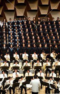 写真:「栄冠は君に輝く」を収録する近畿の高校合唱部、吹奏楽部の生徒たち=16日午後、大阪市北区のフェスティバルホール、中里友紀撮影
