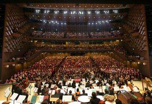 写真:コンサートが終了し、カーテンコールでは観客から拍手が送られた=10日夜、大阪市北区のフェスティバルホール、森井英二郎撮影