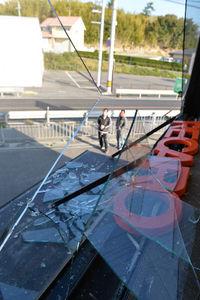 写真:淡路市内の自動車用品店では、窓ガラスが割れていた=13日午前7時13分、兵庫県淡路市大谷、諫山卓弥撮影