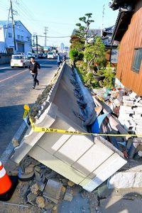 写真:地震で倒れた民家の塀=13日午前7時27分、兵庫県淡路市、諫山卓弥撮影