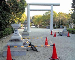 写真:地震で倒れた伊弉諾(いざなぎ)神宮の灯籠(とうろう)=13日朝、兵庫県淡路市多賀、梅脇秀之さん撮影