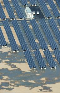 写真:設置が進む太陽光パネルの周辺は泥水が浮き上がっていた=13日午前8時10分、兵庫県淡路市、朝日新聞社ヘリから、竹花徹朗撮影