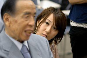 写真:被爆者(手前左)の体験を聴く保田麻友さん=広島市中区、小玉重隆撮影