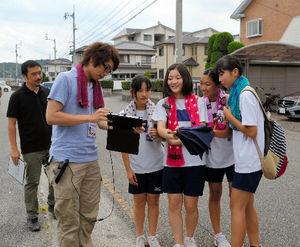 写真:避難訓練する中学生らに、端末画面から次々と難問がつきつけられた=徳島市