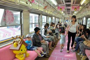 写真:乗客と一緒に座るしまねっこのオブジェ=松江市中原町