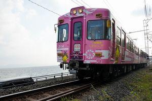 写真:宍道湖を背景に走るご縁電車しまねっこ号=松江市大野町