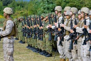 写真:訓練開始式で整列する陸上自衛隊員(奥)と米海兵隊員=8日午前、滋賀県高島市、水野義則撮影