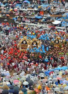 写真:傘を差した観光客の前で、激しい練り合わせを披露する屋台=15日午後、兵庫県姫路市、諫山卓弥撮影