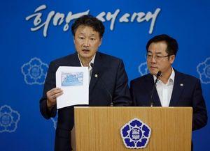 写真:ソウルで6日、汚染水漏れ問題で福島など8県の水産物禁輸について記者会見する韓国政府の担当大臣(右)ら=ロイター