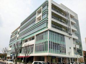写真:3階に唐津市民交流プラザが入るビル=佐賀県唐津市南城内