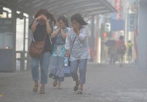 写真:降り積もった火山灰が風で吹き上げられ、市街地は白く煙っていた=19日午前8時51分、鹿児島市、池田良撮影