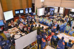 写真:宮崎県庁に設けられた災害対策本部では、各機関の職員が対応を協議した=15日午後0時7分、張守男撮影