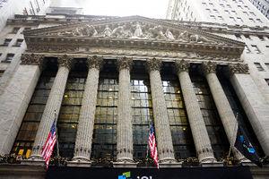 写真:米ウォール街に建つニューヨーク証券取引所。ハリケーン「サンディ」の時、「この一帯は浸水なんてなかったよ」と警備の人は言った=藤えりか撮影