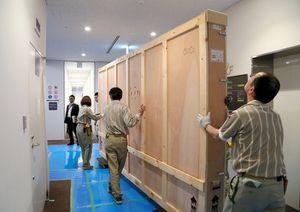 写真:「エル・グレコ展」の展示作業。最晩年の祭壇画の傑作「無原罪のお宿り」は専用の木箱に入って展示室へ移動=14日、齊藤紳也撮影