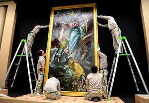 写真:「無原罪のお宿り」は6人のスタッフの手によって展示作業が進められた=齊藤紳也撮影