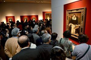 写真:「エル・グレコ展」の内覧会で肖像画を鑑賞する人たち=18日、東京・上野の東京都美術館、山本和生撮影